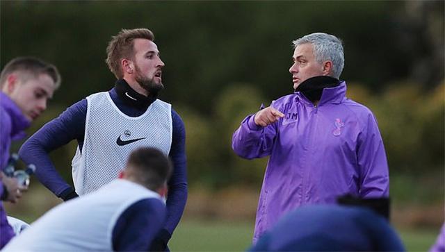 HLV Mourinho đang đưa ra chỉ thị cho tiền đạo Harry Kane, một trong những thành viên quan trọng nhất của đội bóng.