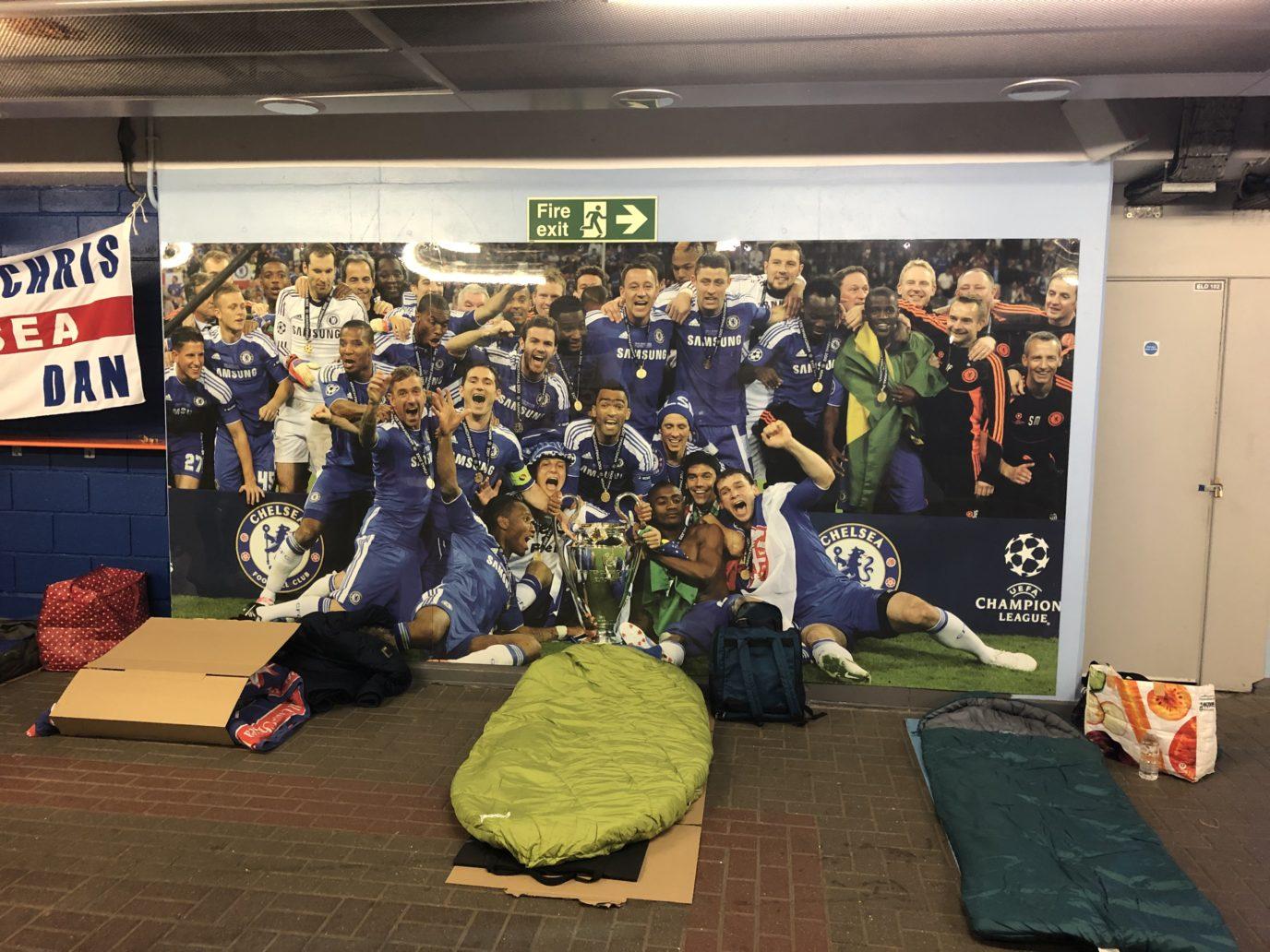 Người vô gia cư ngủ trong sân Stamford Bridge