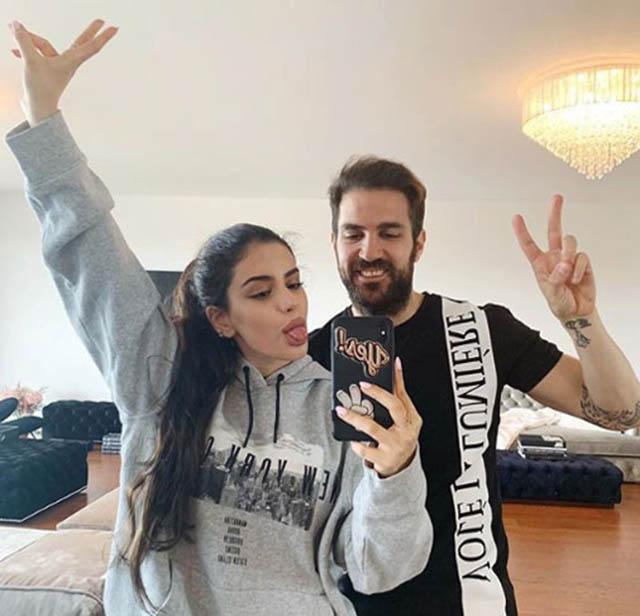 """2 """"bố con"""" hay chụp hình chung và Maria cũng rất quý mến F4. Lúc mẹ Daniella mang thai những đứa con chung với Fabregas, Maria cũng hỗ trợ chăm sóc các em."""