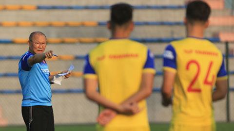 Thầy Park hướng dẫn cầu thủ U22 Việt NamẢnh: Đức Cường
