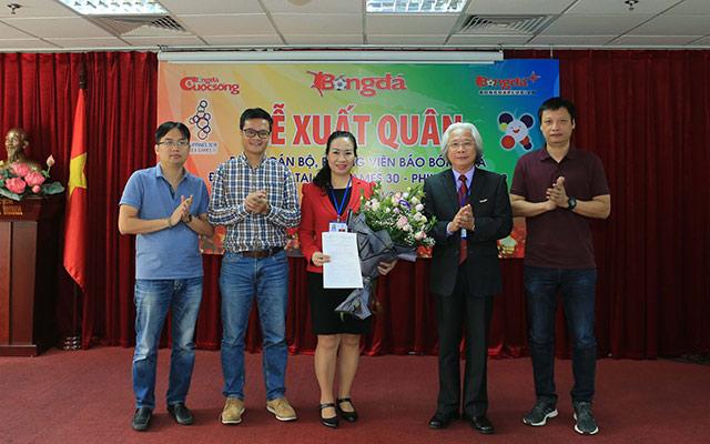 Tổng biên tập Nguyễn Văn Phú tặng hoa Ban chỉ đạo tuyên truyền, Ban tổ chức SEA Games 30 - Ảnh: Đức Cường