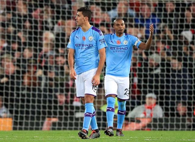 Sự vắng mặt của Fernandinho ở giữa sân khiến Man City dễ tổn thương, trong khi Rodri chưa hòa nhập