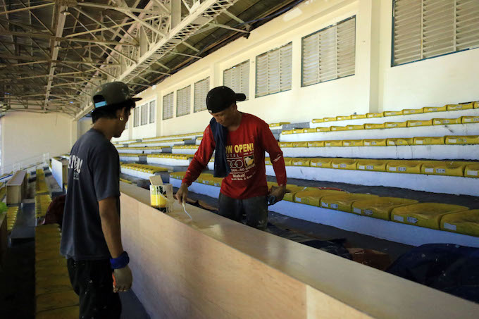 Các công nhân tranh thủ làm đêm tại sân Rizal Memorial. Ảnh Đức Cường