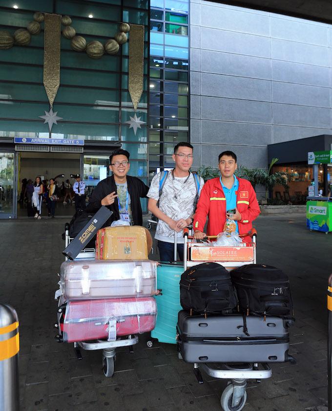 Các phòng viên báo Bóng Đá có mặt ở sân bay Manila. Ảnh: Đức Cường