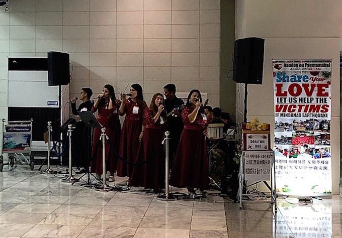 Nhóm ca nữ với những bài thánh ca chào đón Giáng sinh tại sân bay. Ảnh: Tuấn Thành