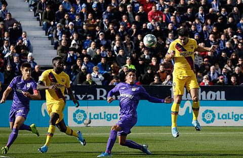 Suarez mở màn màn lội ngược dòng của Barca