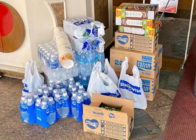 Nước uống khách sạn hạn chế nên LĐBĐ Thái Lan đã phải mua thêm từ bên ngoài.
