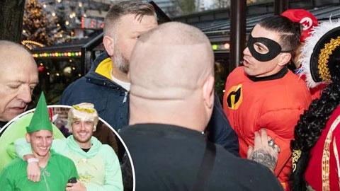 Cầu thủ Leicester xô xát với thợ săn ảnh