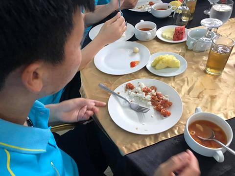 Bữa ăn đạm bạc của các cố gái Việt Nam