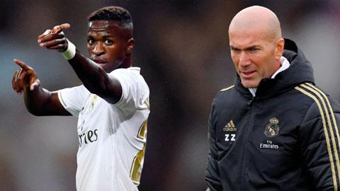 HLV Zidane muốn đẩy Vinicius (trái) khỏi Bernabeu