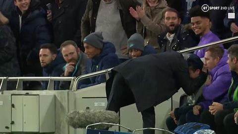 Mourinho ghi điểm trong mắt NHM Tottenham với hành động cảm ơn ball boy