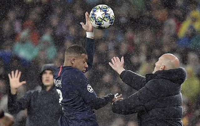 Zidane và Mbappe vô tình va chạm với nhau ngoài đường biên
