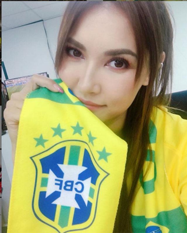 Maria Ozawa chụp hình selfie với áo và khăn có in cờ truyền thống của ĐT Brazil