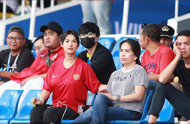 """Tại SEA Games 2019 ở Philippines, cô nàng Maria Ozawa bất ngờ mặc áo đội Indonesia đến xem trận đấu giữa quốc gia này với ĐKVĐ Thái Lan. Chẳng rõ có phải nhờ """"vía"""" của Maria Ozawa không mà Indonesia đã xuất sắc đánh bại Thái Lan với tỷ số 2-0"""