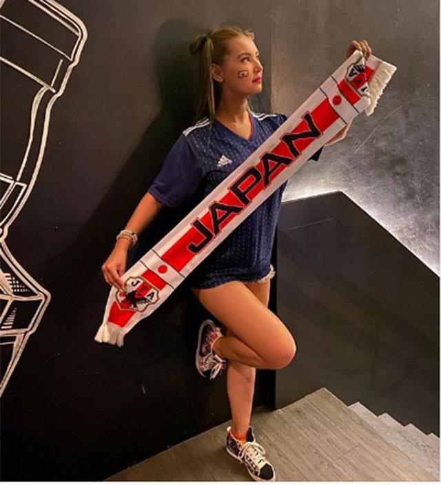 Khoảnh khắc rất thể thao của Maria Ozawa với áo đấu và khăn quàng của ĐT Nhật Bản