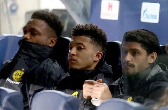 Sancho theo dõi trận đấu từ băng ghế dự bị