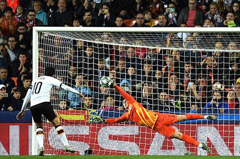 Parejo bỏ lỡ cơ hội từ chấm phạt đền