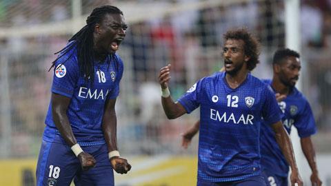 Gomis(trái) ăn mừng cùng đồng đội