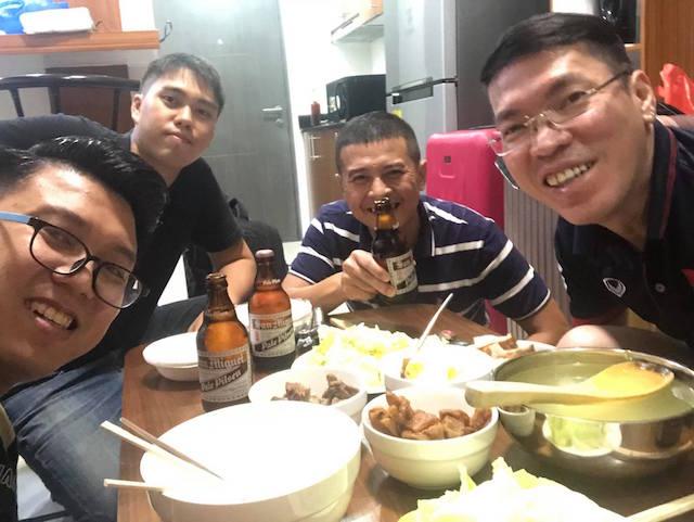 Các phóng viên Báo Bóng Đá bên bữa cơm sau giờ làm việc. Ảnh: Tú Phạm