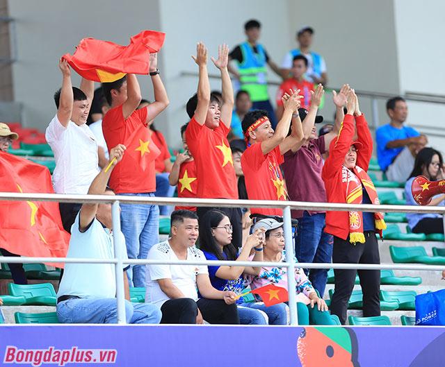 Các CĐV Việt Nam đến sân cổ vũ cho ĐT nữ Việt Nam dần đông lên. Đó là động lực để thầy trò HLV Mai Đức Chung cố gắng