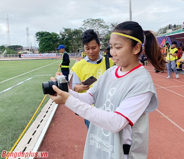 Đội trưởng Huỳnh Như cầm chiếc máy ảnh ra chụp các đồng đội