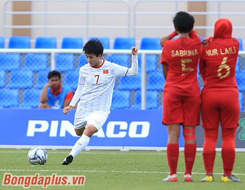 Tuyết Dung ghi bàn vào lưới Indonesia từ một quả đá phạt cố định hiểm hóc - Ảnh: Đức Cường