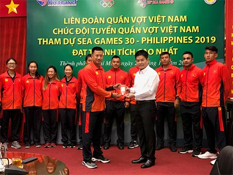 Ông Nguyễn Quốc Kỳ, Chủ tịch Liên đoàn quần vợt Việt Nam động viên toàn đội trước khi lên đường tham dự SEA Games 30