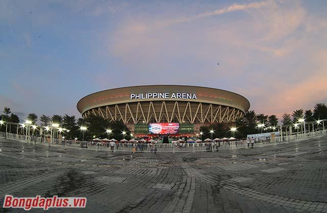 Nhà thi đấu Philippine Arena cách thủ đô Manila khoảng 30km về phía Bắc. Do tình trạng kẹt xe nên phải mất khoảng 2 tiếng đi ô tô từ Manila, phóng viên báo Bóng đá mới có mặt tại đây.