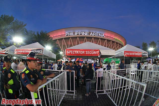 Để có thể vào trong khu vực nhà thi đấu, khán giả phải qua 3 cửa kiểm soát an ninh gắt gao.