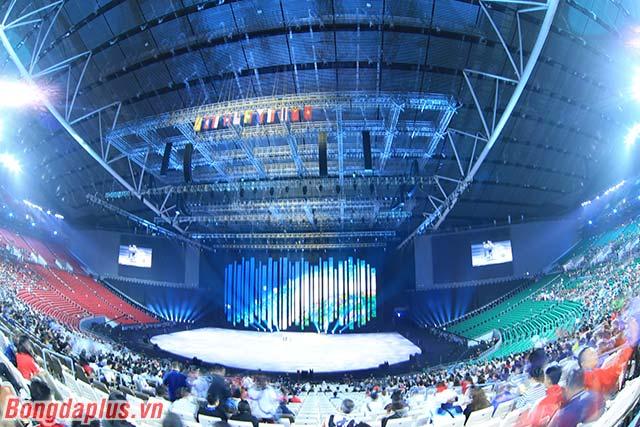 Nhà thi đấu Philippine Arena có sức chứa 55.000 chỗ ngồi, với tổng diện tích là 37.400 m2. Trong nhà thi đấu, điều hòa được bật phủ khắp diện tích khổng lồ này.