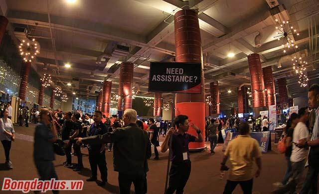 Luôn có tình nguyện viên hỗ trợ cho phóng viên và khán giả để có thể vào trong Nhà thi đấu.