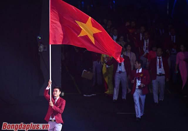 Đoàn Thể thao Việt Nam hiện diện tại Nhà thi đấu. Kiếm thủ Vũ Thành An là người rước cờ Tổ quốc đi tiên phong.