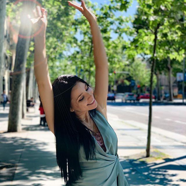 Corina yêu thích các hoạt động ngoài trời, bằng chứng là cô có nhiều bức ảnh đa dạng và rực rỡ trên mạng xã hội.
