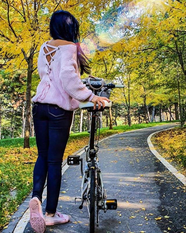 Người đẹp cũng không quên giữ dáng bằng cách tham gia các môn thể thao tích cực như trượt tuyết, đạp xe và trượt băng. Ngoài ra, cô thừa nhận thường xuyên đến phòng tập để luyện thể hình.