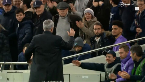 Mourinho cảm ơn cậu bé nhặt bóng Hynes sau khi giúp đội nhà có bàn thắng