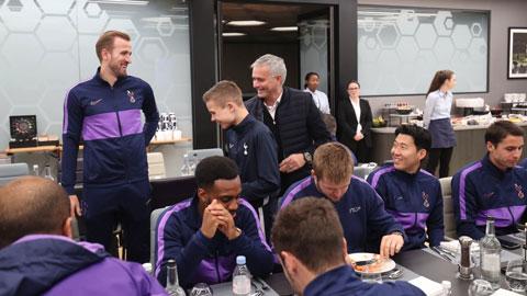 Mourinho lại tri ân ball boy trước trận Tottenham vs Bournemouth