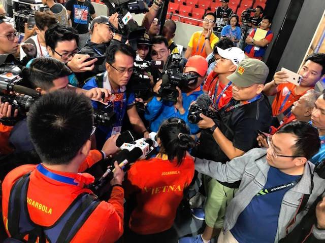 Nữ vô địch trong vòng vây của báo chí. Ảnh: Tuấn Thành