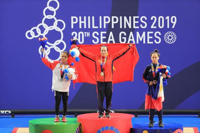 Cả Vương Thị Huyền và Lisa đều ràn rụa nước mắt lúc nhận huy chương. Ảnh: Đức Cường