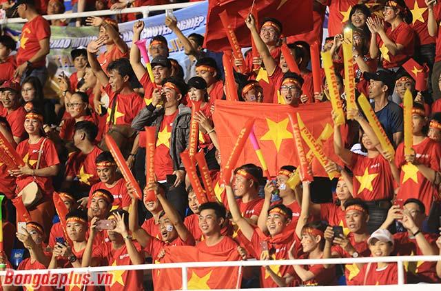 Hình ảnh cuồng nhiệt trên khán đài đem đến thêm sự hưng phấn cho U22 Việt Nam