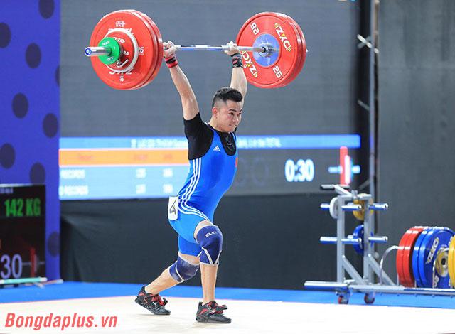 Chàng trai quê Bắc Ninh tham gia nội dung 55 kg nam. Anh đạt thành tích là 122 kg ở nội dung cử giật và 142 kg ở nội dung cử đẩy