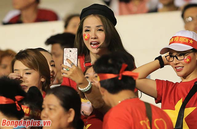 Lý do là bởi bên phần khán đài của Việt Nam, rất nhiều CĐV nữ xinh đẹp, trẻ trung hiện diện