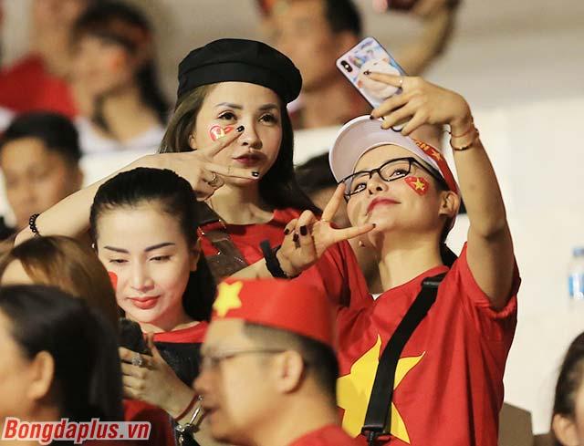Rất đông các CĐV nữ Việt Nam đang sinh sống tại Manila (Philippines) muốn tận mắt xem Tiến Linh, Quang Hải, Văn Hậu chơi bóng
