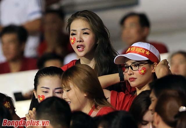 Sự gợi cảm, thu hút của các CĐV nữ Việt Nam hơn hẳn Maria Ozawa hiện tại