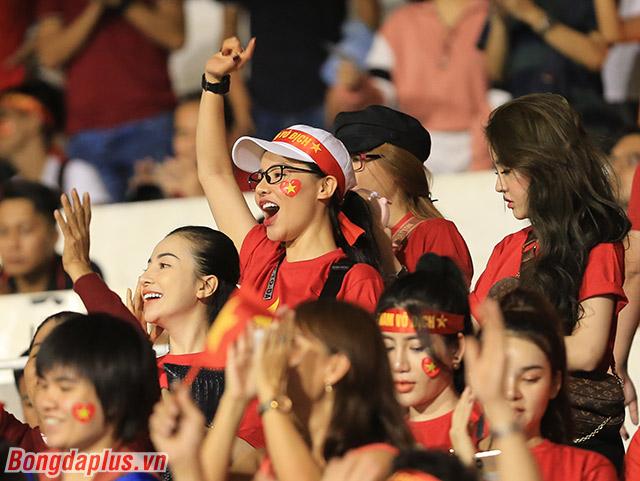 Bầu không khí trên khán đài sân Rizal Memoria càng trở nên nóng bỏng với sự hiện diện của nhiều CĐV nữ xinh đẹp Việt Nam