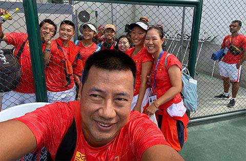 Các CĐV tới chúc mừng các tay vợt nữ giành chiến thắng trong ngày thi đấu đầu tiên ở SEA Games 30 (ảnh VTF)