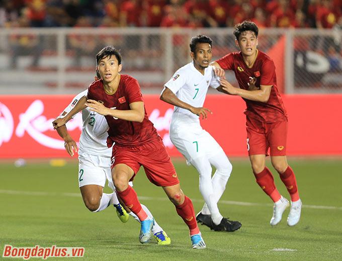Tận dụng tiền đạo đồng đội và Văn Hậu di chuyển để kéo hậu vệ đối phương, Thành Chung nhận lệnh từ HLV Park chạy xen kẽ vào giữa để chờ bóng bay tới phía mình