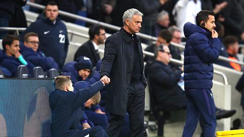 Mourinho có lần thứ 2 ăn mừng cùng ball boy Callum Hynes