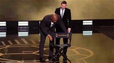 Drogba nghiêng mình kính nể, mang ghế in chữ vàng cho Messi ngồi