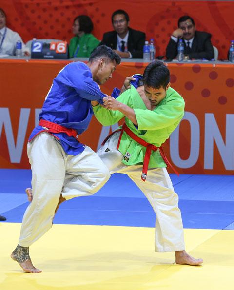Minh Quân (phải) giành HCV kurash hạng dưới 81kg nam