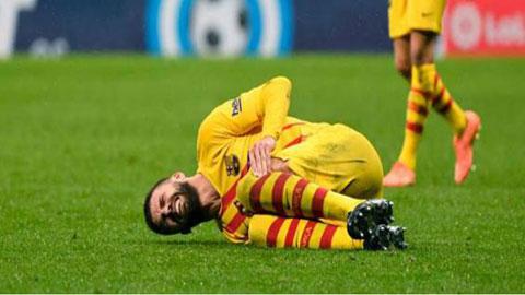 Pique bị đau sau pha va chạm với cầu thủ Atletico